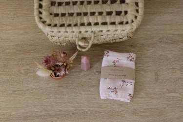 Un joli mouchoir, en imprimé sauge + rose